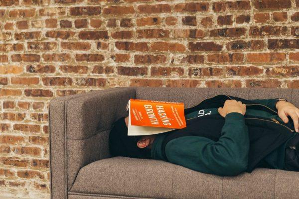 Quelle est la meilleure position pour dormir quand on a mal au ventre ?
